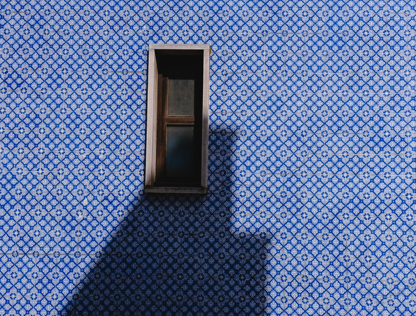 hb images - Aveiro - tile wall with window_