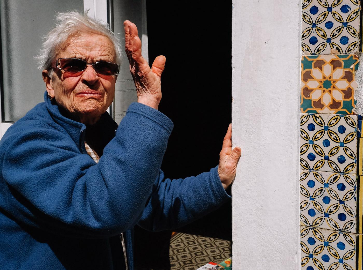 hb images - Aveiro - woman waving - 1_